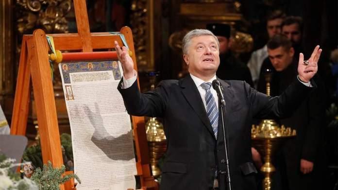 El entonces presidente de Ucrania, Petro Proshenko, recibe el 'tomos' de autocefalía |Foto: Sergіy Dolzhenko / EPA / TASS