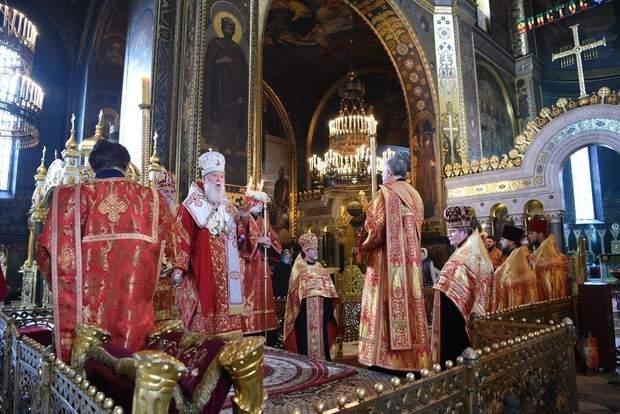Філарет і священники без масок і рукавичок