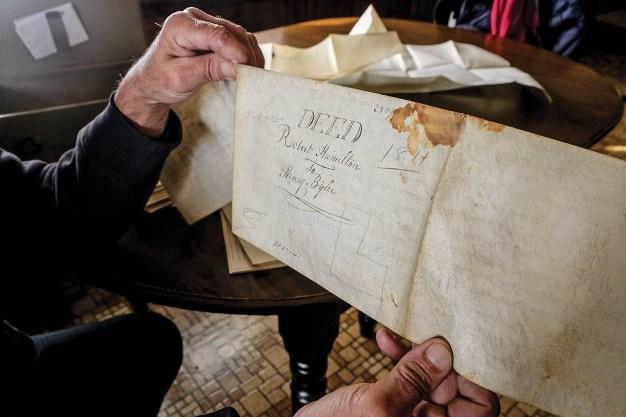Nicht aus Papier, sondern aus Ziegenleder ist die Urkunde, die den Verkauf der Farm anno 1811 dokumentiert. Lena und David haben sie zusammen mit den Schriftstücken aufbewahrt, die Lenas Vater als Eigentümer des Hofs ausweisen. Dort fand er vor etwa 80 Jahren als Farm-Boy einen Job. Später kaufte er dem kinderlosen Ehepaar Haus und Hof ab.