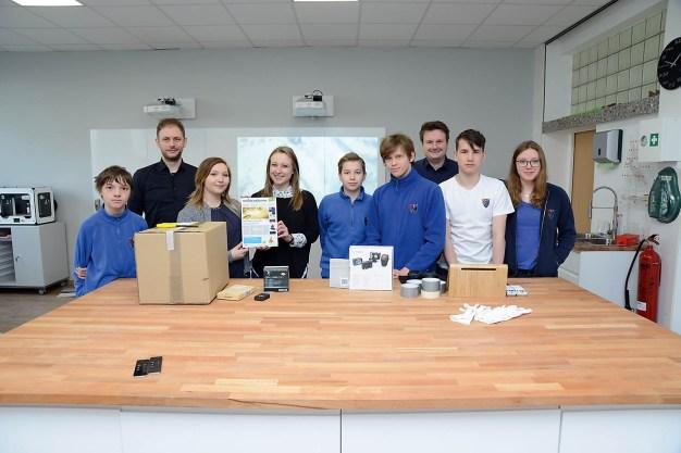 Das Paket mit den bestellten Materialien für den Ballonbau ist in der Privatschule Villa Wewersbusch eingetroffen.