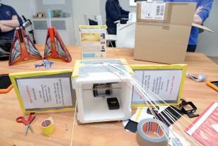 Die Schüler der Weltraum-AG statten die Box mit den Kameras und GPS-Sendern aus.