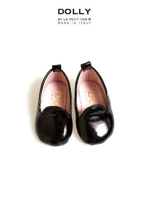 "DOLLY by Le Petit Tom ® BABY SMOKING SLIPPERS 6SL BLACK PATENT and light pink Italian leather lining. Just like little Doll shoes. Classic Smoking Slippers. Exclusieve Italiaanse babyschoentjes. Handmade in Italy   DOLLY 6SL classic smoking slipper flats from patent leather and fully lined with leather  Step aside, ballet flat, there's a new shoe in DOLLY town. The smoking slipper has quickly become the ""it"" shoe for seasons to come. Paired with jeans, shorts skirt or dress, these slippers are not just for pajama parties anymore. The Dolly designer created these loafers in a myriad of materials and colors. Whether you are looking for more of the classic smoking flats, or a modern update, this collection has some great options to add to your baby's and your wardrobe rotation. These wear-with-anything shoes exude laid back elegance! SHOP NOW >"