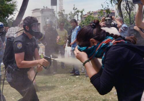 Police spraying pepper spray at close range (location unknown)