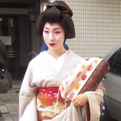geisha-licious:  geiko Makino by @MJMCK13 on Instagram