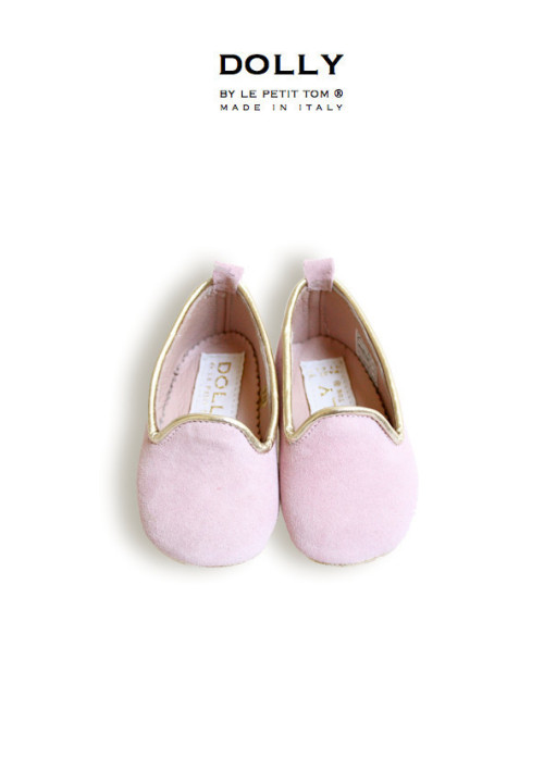 "DOLLY by Le Petit Tom ® BABY SMOKING SLIPPERS 4SL LIGHT PINK SUEDE with platino trim and leather lining. Just like little Doll shoes. Classic Smoking Slippers. Exclusieve Italiaanse babyschoentjes. Handmade in Italy   DOLLY 4SL classic smoking slipper flats from pink suede, platino trim and fully lined with leather  Step aside, ballet flat, there's a new shoe in DOLLY town. The smoking slipper has quickly become the ""it"" shoe for seasons to come. Paired with jeans, shorts skirt or dress, these slippers are not just for pajama parties anymore. The Dolly designer created these loafers in a myriad of materials and colors. Whether you are looking for more of the classic smoking flats, or a modern update, this collection has some great options to add to your baby's and your wardrobe rotation. These wear-with-anything shoes exude laid back elegance! SHOP NOW >"