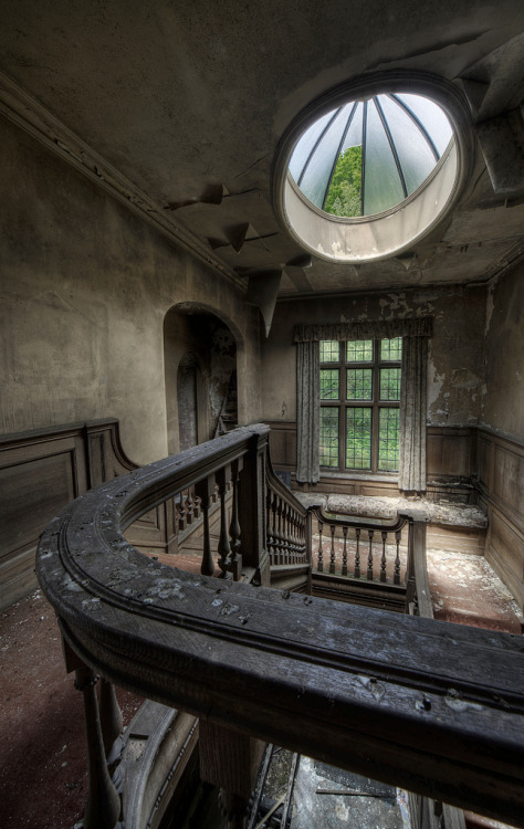 End House at Oasis<br /> CLIMB THE STAIRS IN END HOUSE. WHAT IS WAITING FOR US ON THE SECOND FLOOR? IS IT A PARTY FOR US? OR IS IT A TRAP? WHAT ABOUT THE DARK SHADOWS THAT HAVE BEEN STALKING US? ARE THEY CREATURES OF THE NIGHT?<br /> Read THE DEAD GAME and find out.