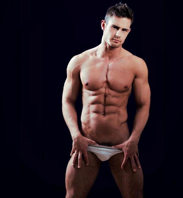 Kirill Dowidoff gostoso de cueca quase pelado