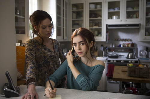 New movie still of Jocelyn and Clary. Mom and daughter time! This entire set is built: as in, they built a Brooklyn brownstone inside a soundstage. You could never tell, though. Everything is real — the furniture, even the fruit on the table.