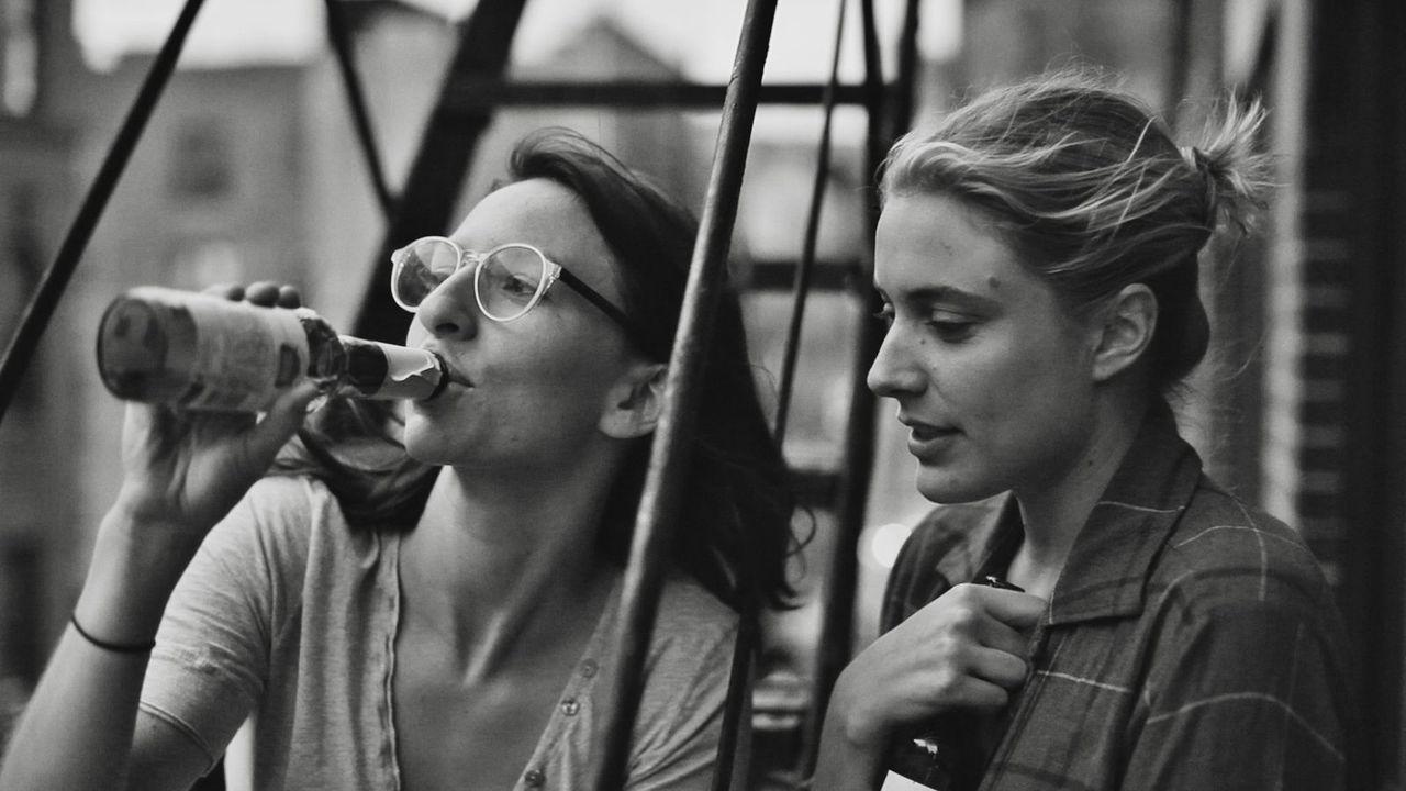 Greta Gerwig como Frances y Mickey Sumner como Sophie