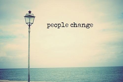 Mudanças acontecem ou são planejadas. Ou planejar e deixar acontecer. A espera vem acompanhada de angústia. Aquela sensação de inseguraça, do perdido, do desconhecido. Como andar sem saber onde estar pisando. Olhos vendados, sentidos aguçados. Sinta. Mudança é um desafio que assume. Um desafio que se corre atrás. Um desafio que depende de você. Um dos maiores desafios dentro do desafio da mudança é decidir o que deixar pra trás. É preciso não ocupar todo o espaço com o já existente, deixar brechas para o novo, a serem preenchidas pelo acaso. Entretanto, como deixar para trás aquilo que é tão forte, tão resistente? Exercício de desapego. Não ocupar lugar novo com coisa velha. Se não, é faz de conta, mudança aparente. Fazer as malas com coragem e discernimento. Muito trabalho. Abandonar o antigo, preparar o novo. Vencer o medo. Vencer a insegurança. Vencer a razão. Vencer o coração. Vencer o sentimento. Vencer você. Ou perder para ser feliz. Mudanças acontecem!