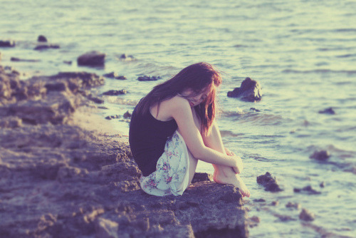 depoisdossonhos:  Querido diário, o amor é um saco. Pode te fazer sentir como se ele fosse a melhor coisa do mundo. Te fazer sentir seguro. Te fazer esquecer tudo, como se pudesse recomeçar do zero. Também pode te fazer sentir fora de controle, assustado, como se te corroesse até não sobrar nada. O amor é realmente uma droga.  (The Vampire Diaries)