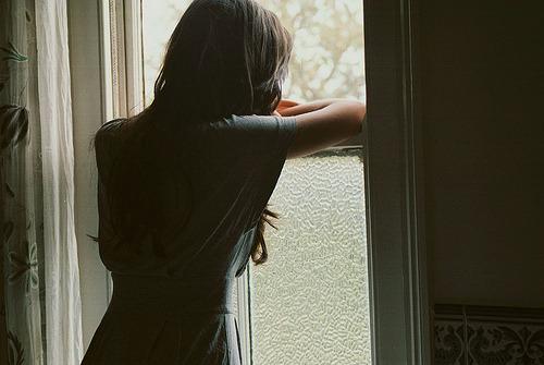 sempresorria:  Meu corpo não é perfeito. Eu não ando com confiança. Eu brigo com meus pais e amigos o tempo todo. Algumas noites eu prefiro ficar sozinha do que sair para me divertir. Eu choro com as pequenas coisas. Há dias que eu dou alguns sorrisos forçados e risos falsos. Às vezes eu tento me convencer de que as coisas estão bem quando elas não estão. Eu não pareço tão boa na vida real, como pareço em minhas fotos. Há algumas noites que eu choro sozinha por tudo que está acontecendo. Eu sempre acho que não sou boa o suficiente. Eu sou imperfeita, mas sou perfeitamente eu.