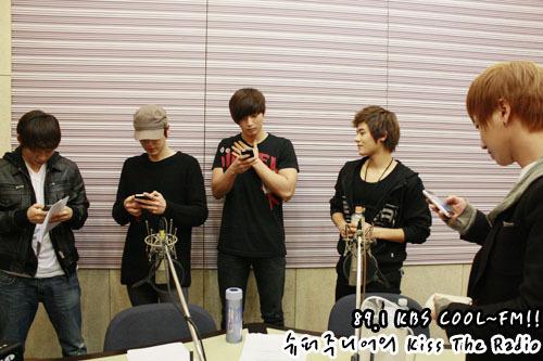 101230 Super Junior's Kiss the Radio  2010 라디오 동창회 시즌2..막내편! 2010 Radio Reunion Season 2..Maknaes! 동창회를 마치고..열심히 번호 교환중!! After ending the reunion..They are exchanging numbers!!2011년!!가요계 막내들의 활약을기대하겠습니다^^ 2011!!We'll look forward to the work of music's maknaes^^