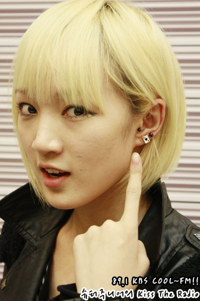 """101231 Super Junior's Kiss the Radio  라디오 동창회 시즌2..해외파편! Radio Reunion Season 2..Foreigners! 똑같은 귀걸이~ The same earrings~우와, 신기하다!! 신기하다!! 하면서..카메라 앞에 섰답니다 ^^ They went """"Wow, cool!! Cool!!""""..And stood in front of the camera ^^"""