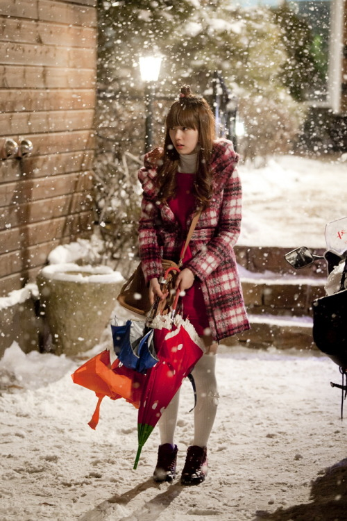 110114 Dream High's Twitter  드림하이 촬영현장 ~ 혜미야 왜 눈오는데 우산을 안쓰니..? Dream High filming ~ Hyemi-ya why aren't you using the umbrella even though it's snowing..?  view in high-res (: