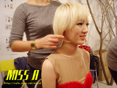 110125 [Official] miss A  애니버셔리 광고 촬영현장 : 예쁘게 머리하는 지아~ Anniversary advertisement shoot : Jia getting her hair pretty~
