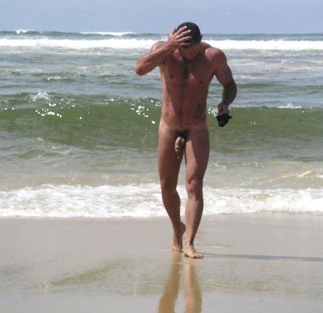 Sexo para parejas - un desnudo masculino al salir del mar