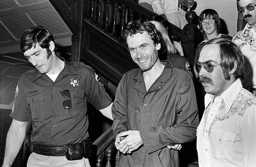 Ted Bundy sorrindo ao ser preso