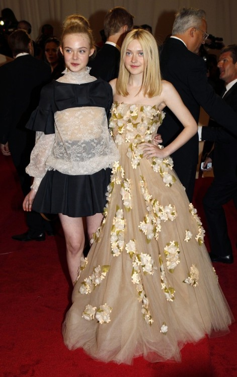 suicideblonde:</p> <p>Elle and Dakota Fanning both wearing Valentino at the Met Costume Gala tonight<br /> Fanning sisters looking lovely.<br />