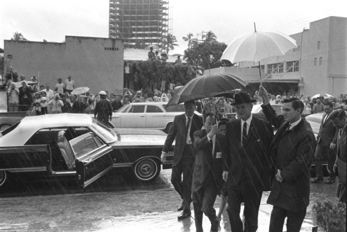 Johnson in Honololulu 1966, with umbrella