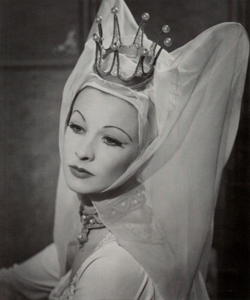"""Vivien Leigh em personagem como Lady Anne Neville em Richard Shakespeares """"III, foto por Athol Shmith de 1948 via paperspots"""