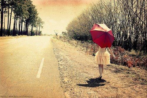 Já andei por tanta estrada, já venci tanta cilada e no caminho fiz ser ouro a minha prata. No meu mundo não tem fadas, mas a mão de Deus me alcança. Já chorei por tanta causa. Já sorri por tantas outras e a mistura destes sentimentos tantos, tanto riso, tanto pranto, verso escrito no meu rosto (…) Em cada porto e despedida dessa vida, esqueci meu coração batendo lá. Aos poucos tranformei-me em tantos outros, sou de cada povo um pouco e hoje a terra inteira é o meu lugar. Quem me dera pudesse compreender os segredos e mistérios dessa vida. Esse arranjo de chegadas e partidas. Essa trama de pessoas que se encontram, se entrelaçam e misturadas ganham outra direção. Quem me dera pudesse responder quem sou eu nessa mistura tão bonita. Sofro as dores de outros nomes. Rio os risos de outras graças. Trago em mim as falas dessa multidão. (Pe. Fábio de Melo)