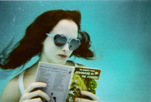 http://hotgirlsreadingbooks.tumblr.com/page/3