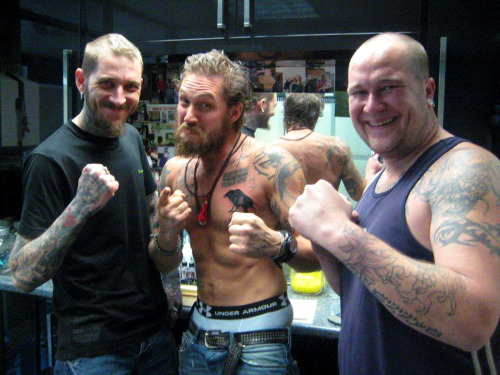 Tom Hardy with tattoo artistJohn Morris-Latham (left)and (edit:)Danny Norris.// check outRichmond Tattoo Studioonfacebook and their website'sTom Hardy page