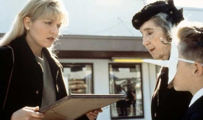 Laura Palmer is gifted a picture by Mrs Tremond and her grandson
