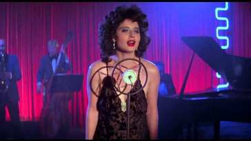 Dorothy Vallens sings on stage in Blue Velvet
