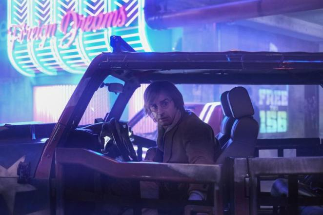 Justin Theroux as Duck in Mute, sitting in a car