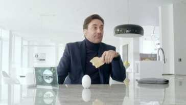 Matt (Jon Hamm) eats a piece of toast