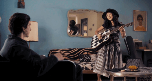Laura (Golshifteh Farahani) shows her new stylish guitar to Paterson