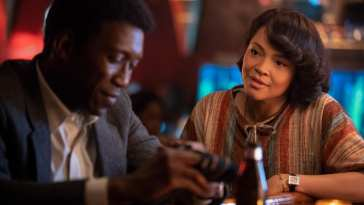 Amelia (Carmen Ejogo) talks to Wayne (Mahershala Ali) at a bar in HBO's True Detective