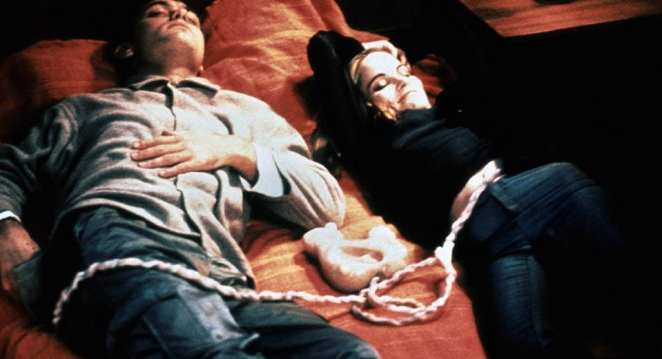 Jude Law and Jennifer Jason Leigh as Ted Pikul and Allegra Geller in EXistenZ.