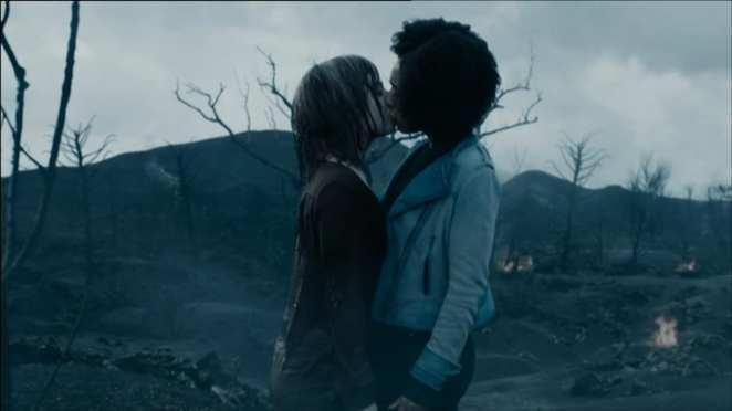 Bill (Pearl Mackie) and Heather (Stephanie Hyam) kiss