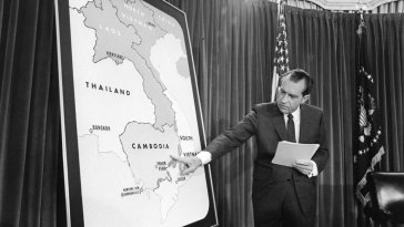 Nixon with map of Cambodia, April 30, 1970