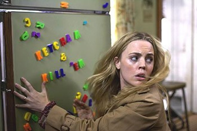 """Woman Kathy Lutz finds the magnets on her fridge have been rearranged by evil spirits to say """"Katch'em & Kill'em"""" in The Amityville Horror (2005)."""