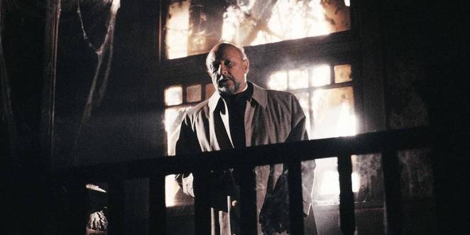 Old psychiatrist Dr. Loomis stands in the middle of the rundown, abandoned Myers house.