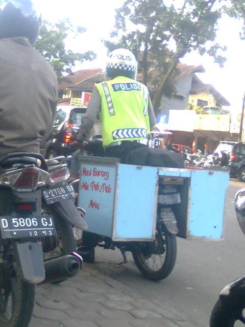 Kerja Sampingan Polisi Bandung - dari juriglagu