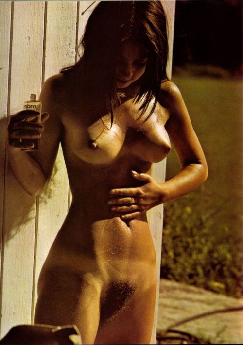 Sexo para parejas - dando crema solar a un cuerpo desnudo