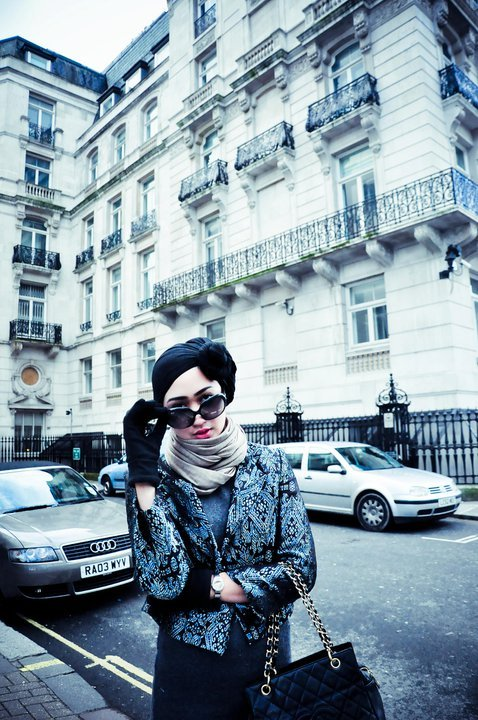 Loving her style. Dian Pelangi.