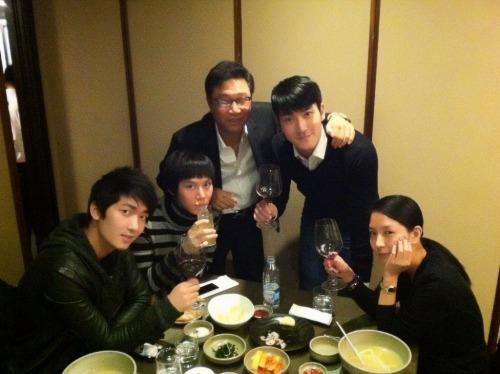 siwon407: 드디어 선생님을 뺏어옴. SM번개팅!<br /><br /><br /> [TRANS] We finally managed to pull seonsaeng-nim back. SM flash gathering! (credits: AllRiseXiahtic )