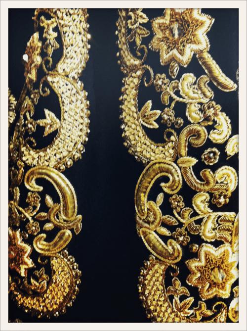 Détail de broderies dorées inspirées des cadres baroques, en backstage du défilé Dolce&Gabbana
