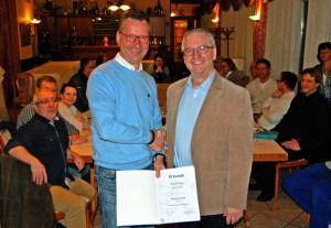 Der Sportkreisvorsitzende Manfred Schmidt (r.) zeichnete Michael Ritter für sein langjähriges ehrenamtliches Engagement mit der Verdienstnadel des lsb h aus. FOTO (c) MRM