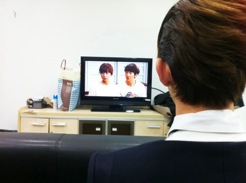 101231 Kwon's Twitter  옥엽이가 옥엽이를 보는중. Okyeobie is watching Okyeobie.  view in high-res (: