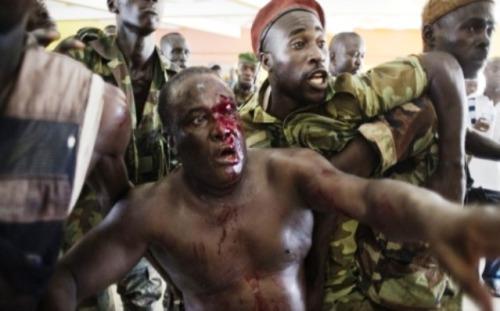 Le millième des crimes qui sont commis en Côte d'ivoire aurait déjà soulevé la conscience universelle si la couleur de «ces gens» était moins sombres au niveau de l'épiderme ou était morts au Moyen voire en extrême Orient. Triste destin des peuples africains coupables d'être trop nègres pour posséder autant de richesses naturelles. Ceux qui gouvernent l'Afrique connaissent et aiment l'Afrique, c'est certain. Oui mais l'Afrique sans Africains ou avec des psychopathes qui n'empêchent pas certains de pomper, pomper et encore pomper.  Bruno Ben Moumbamba (via) *Illustration: Le comité d'accueil réservé au Ministre Jean Jacques Béchio lors de son arrivée à l'Hôtel du Golf. Premier temps de cette photo ici Dans le même esprit: Ouattara rend lui-même la réconciliation impossible