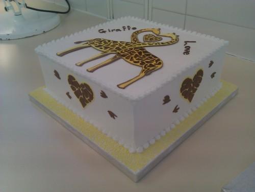A giraffe love cake! (via natt12321)