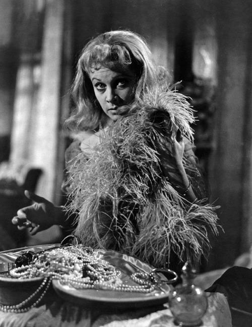 """via oldhollywood: Vivien Leigh em Um Bonde Chamado Desejo (Elia Kazan, 1951) """"Blanche é uma mulher com tudo arrancada.  Ela é uma figura trágica e eu entendo ela.  Mas jogar a ponta-me na loucura. """""""