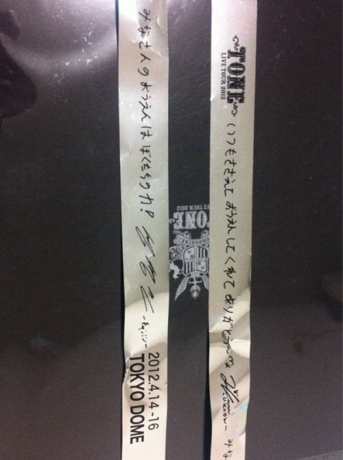 120414 #TohoToneTour TVXQ's message on the ribbon.</p><br /> <p>now what does that say? lol</p><br /> <p>+<br /><br /> Yunho: Thank you for always cheering^^*<br /><br /> Changmin: Everyone's support is our motivation!<br /><br /> …apparently that's what it roughly means (trans cr. bom)